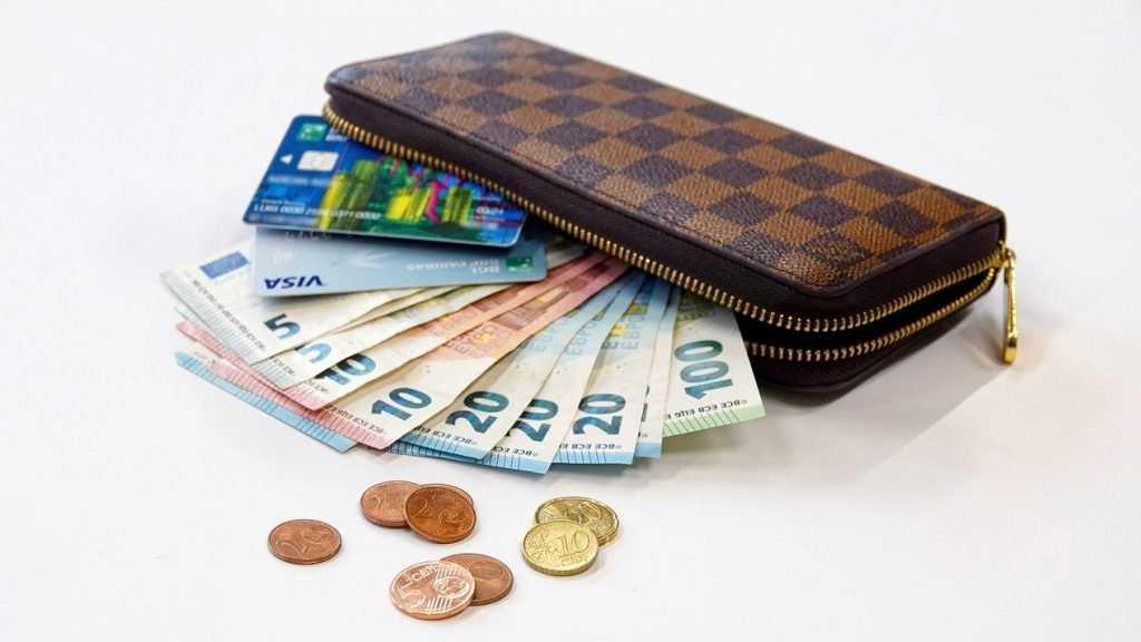 Эксперт назвал лучшую валюту для сбережений в 2021 году