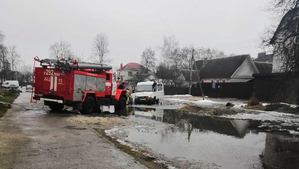 В Брянске на размытой дороге застряла скорая помощь