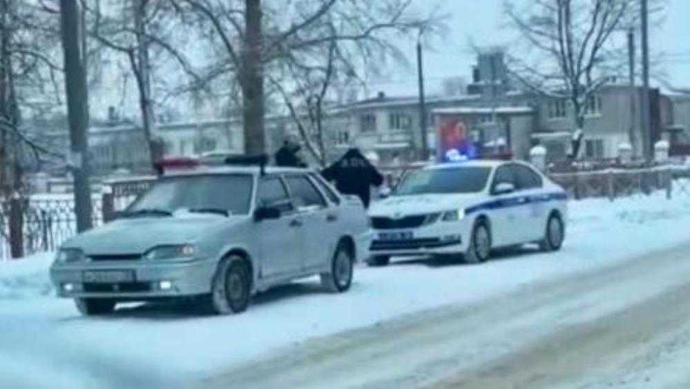 В Брянске юного водителя наказали из-за украшенного мишурой автомобиля