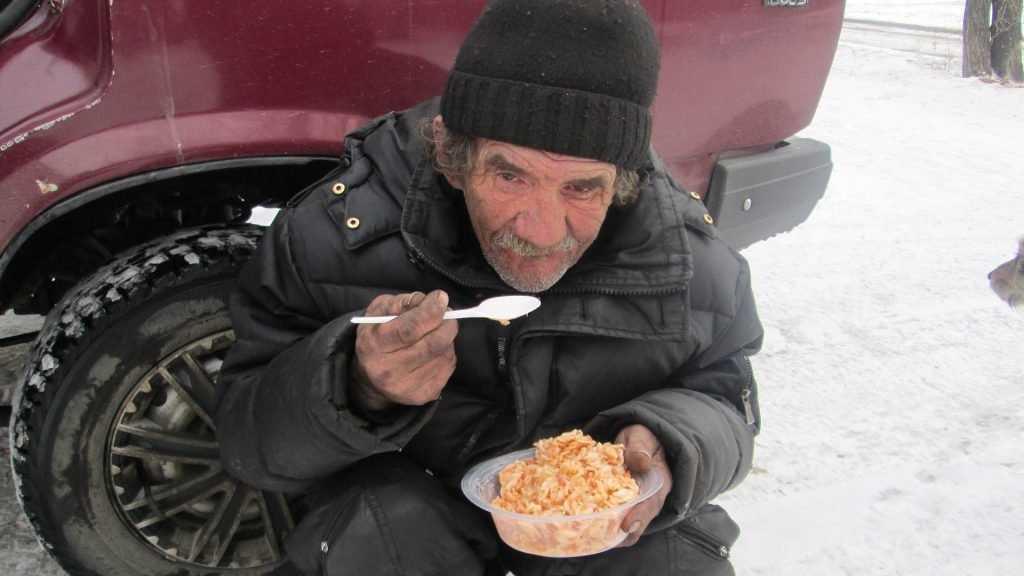 В Брянске спасли замерзавшего на остановке бездомного мужчину
