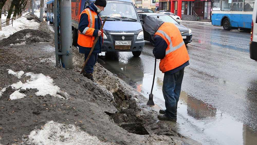 Из-за оттепели брянские дорожники стали чистить ливневки