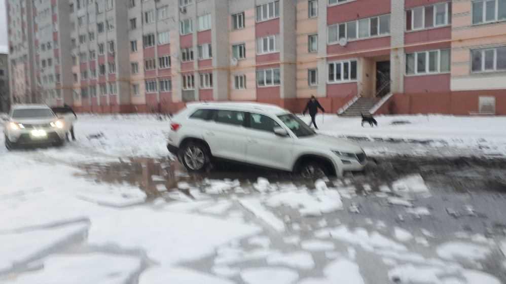 В Брянске легковой автомобиль угодил в ловушку на улице Медведева
