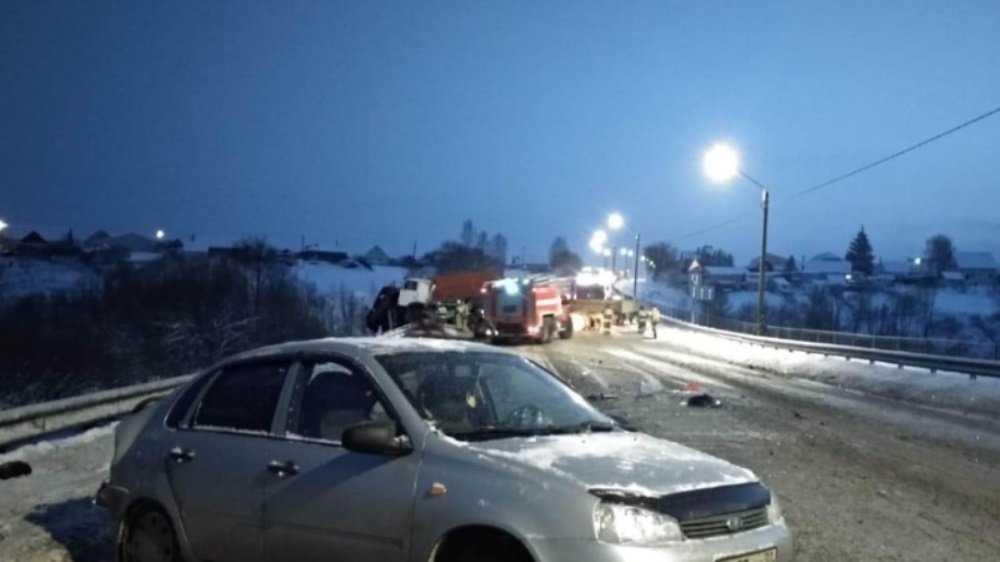 В ДТП с перевернувшейся фурой под Брянском ранены водители 42 и 44 лет