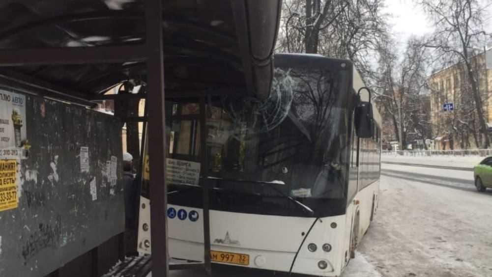 В Бежицком районе Брянска автобус врезался в остановку
