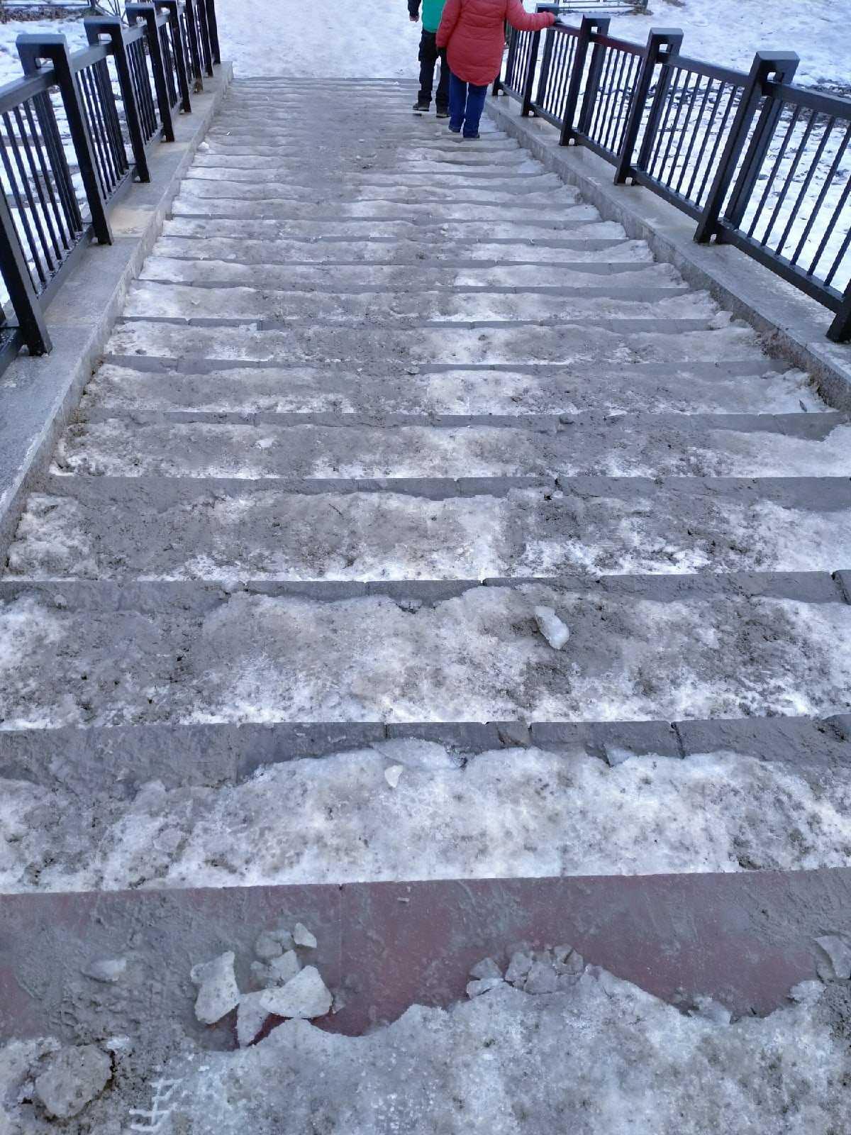В Брянске обледеневшая лестница к набережной стала опасной для пешеходов