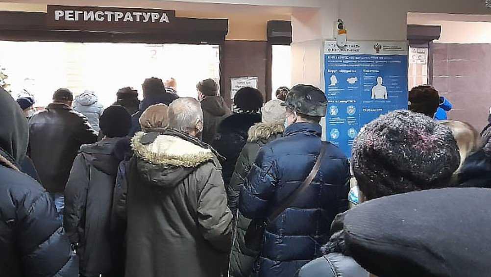 В поликлиниках Брянска выстроились огромные очереди за талонами