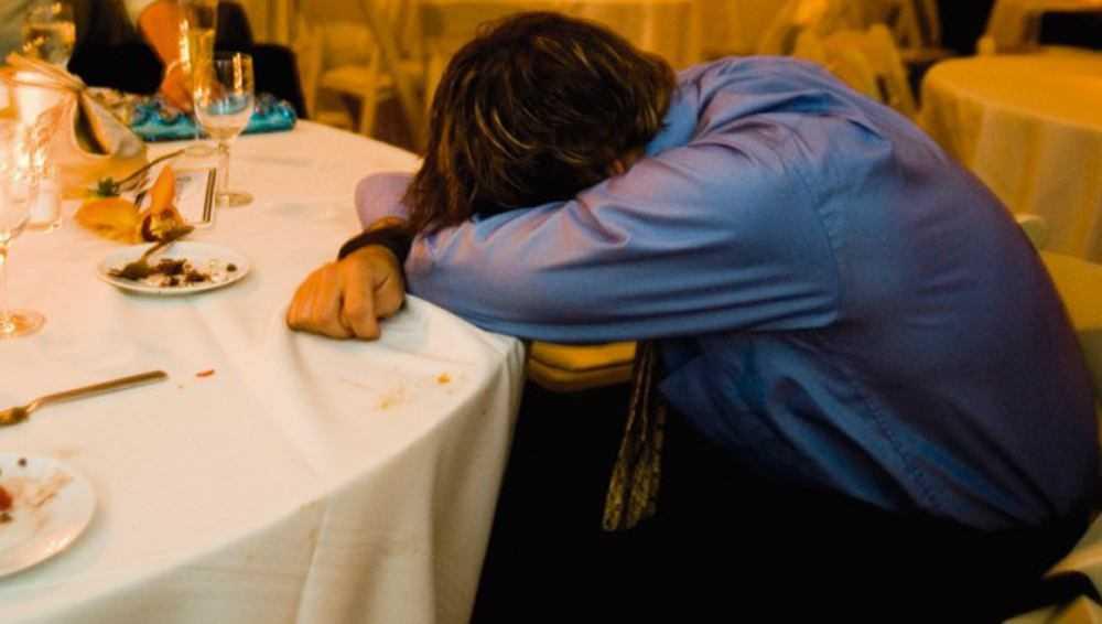 В брянском кафе пьяного посетителя ограбили случайные собутыльники