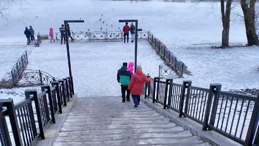 В Брянске обледеневшая лестница на набережной стала опасной