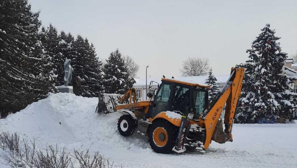 В Белых Берегах возле Дворца культуры соорудили снежную горку