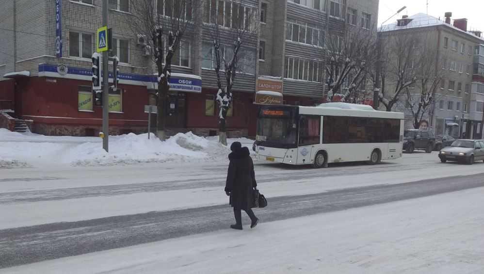 В Брянске очищенные от снега дороги стали опасными для пешеходов