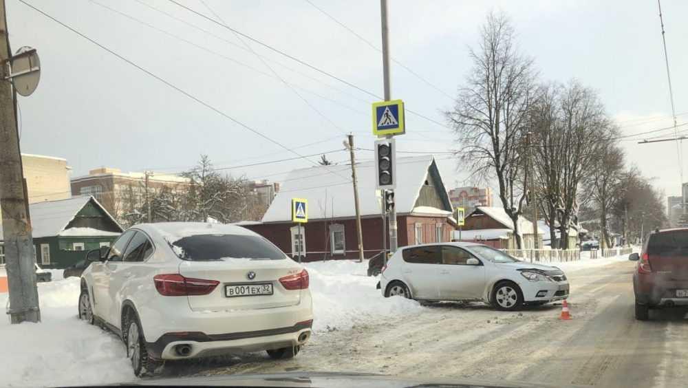 В Брянске 30-летняя женщина разбила голову в ДТП с 2 легковушками