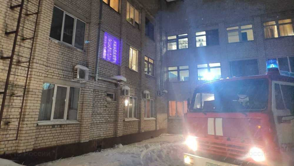 В Брянске пожарные вывели человека из загоревшейся постели