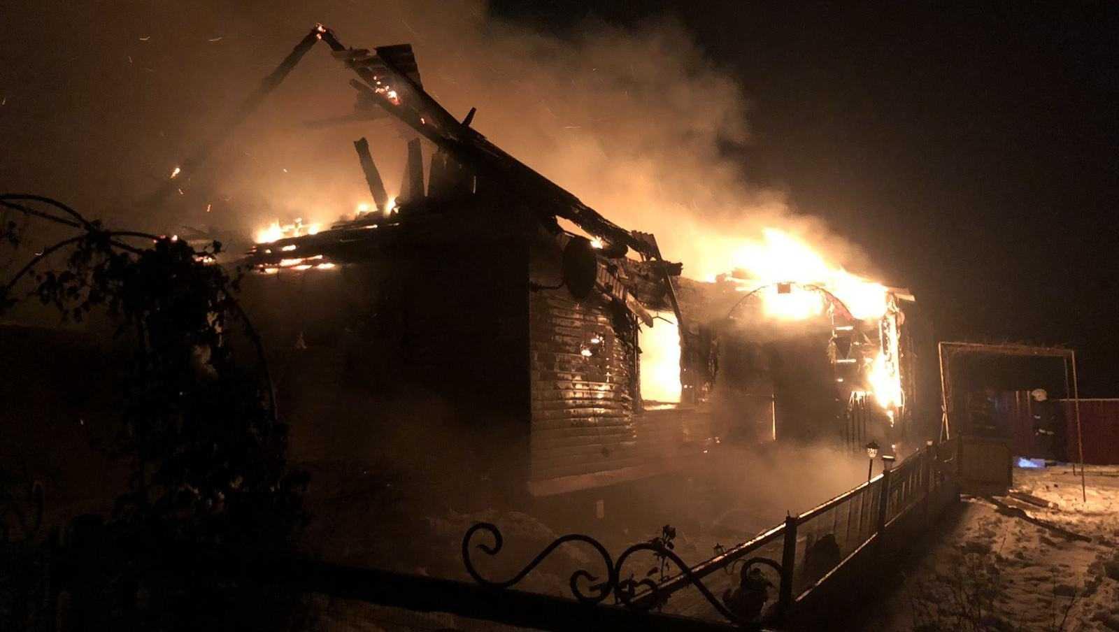 В брасовском поселке в сгоревшем доме погибли женщина и ребенок
