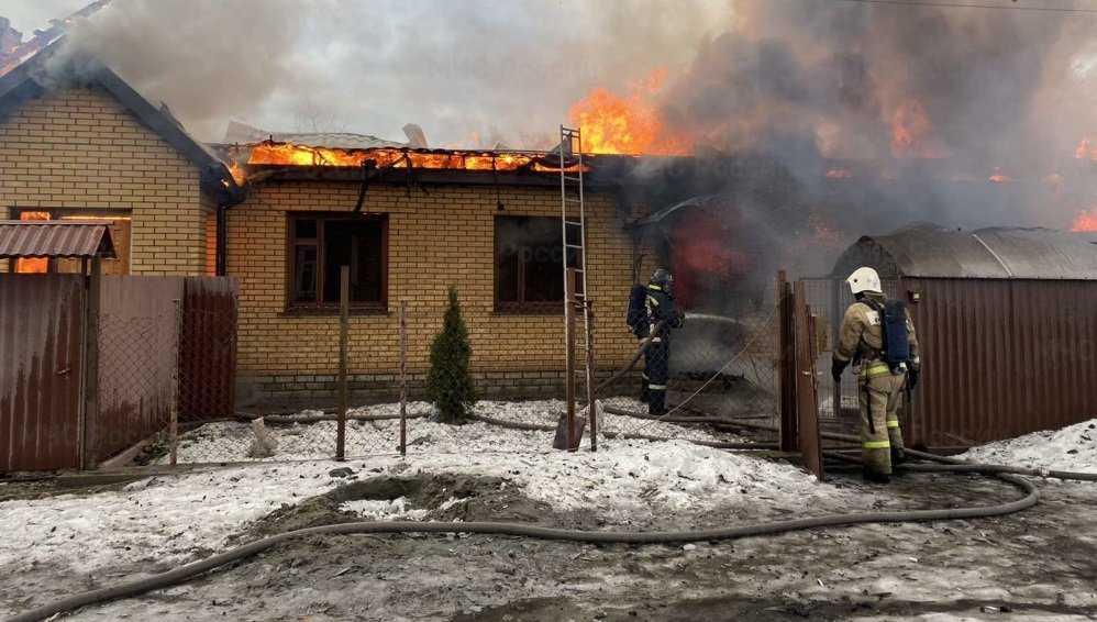 В Фокинском районе Брянска утром сгорели жилой дом и два сарая