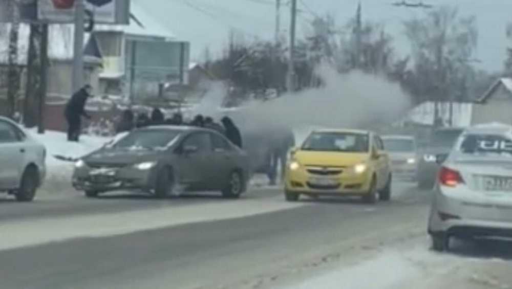 Брянцы помогли потушить загоревшийся автомобиль на Городищенской горке