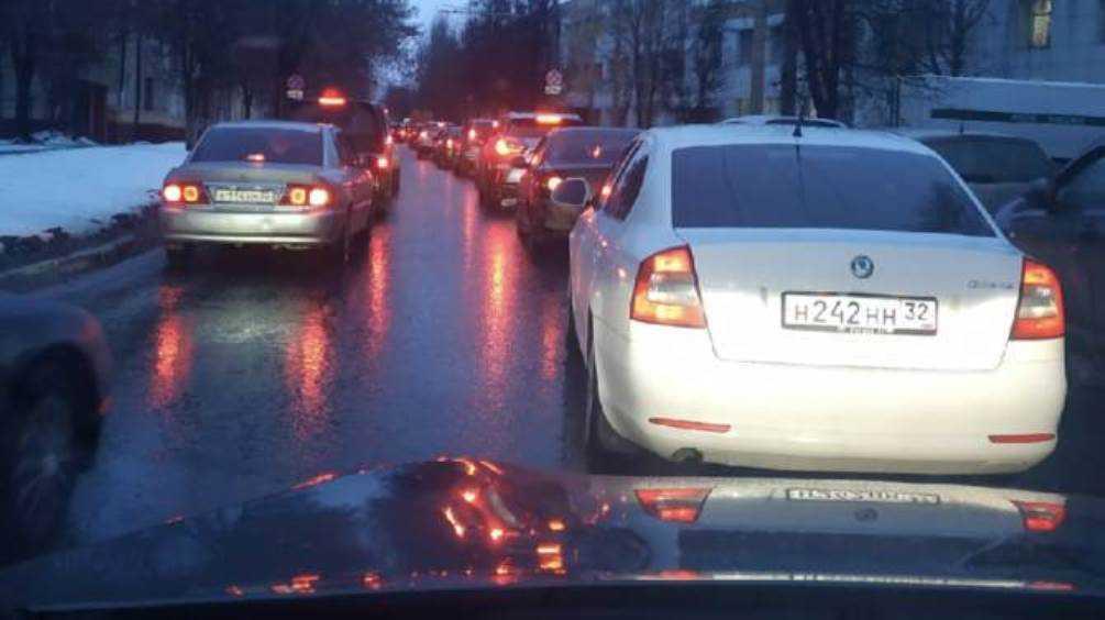 Брянские водители из-за пробок на Советской призвали отключить светофор