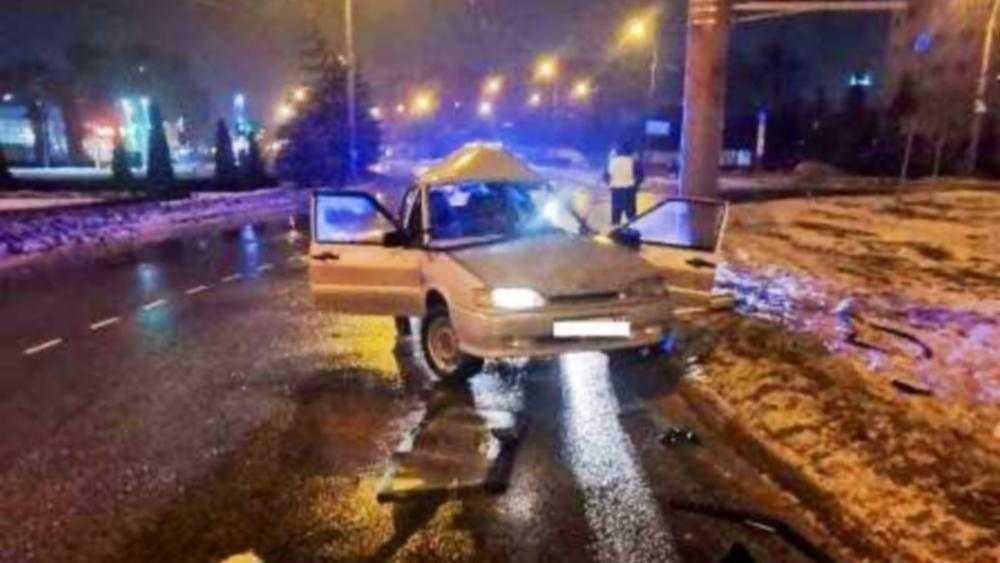В Брянске перепивший молодой водитель врезался в бордюр и столб