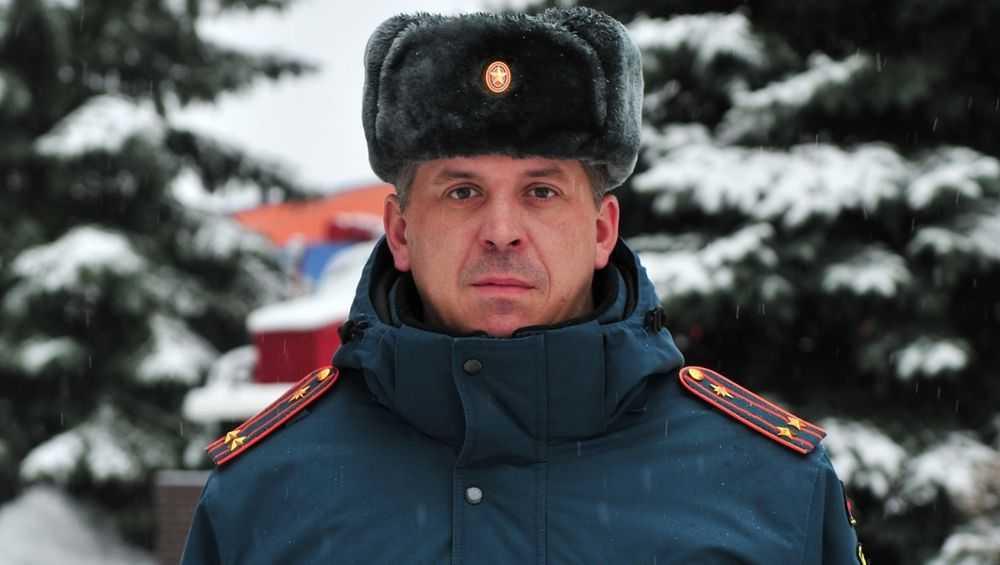 В Брянске сотрудник МЧС помог замерзающей девушке