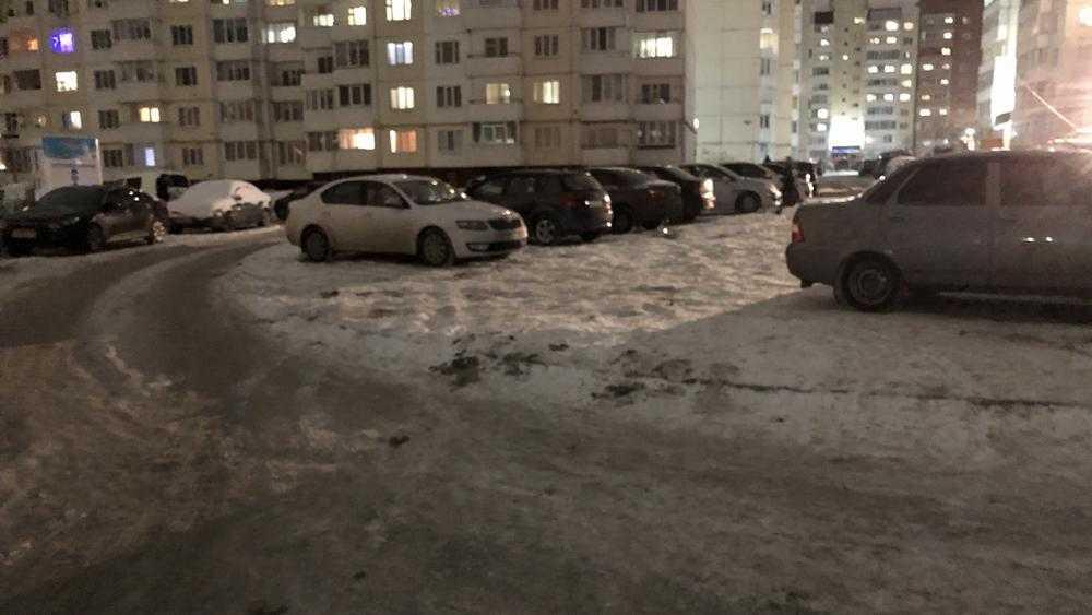 В Брянске водители захватили под стоянку первую кольцевую развязку
