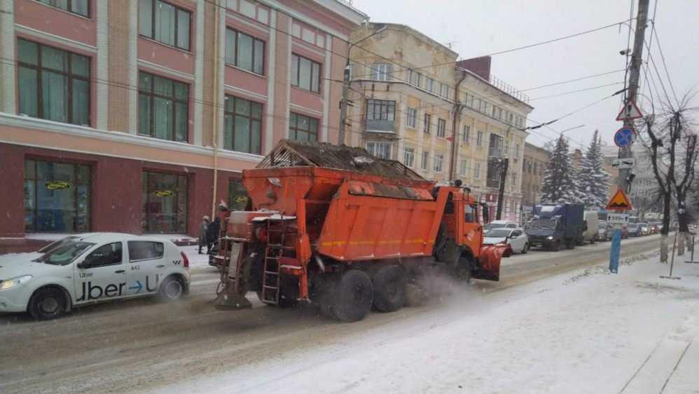 В Брянске на борьбу со снегом и гололёдом вывели 23 машины