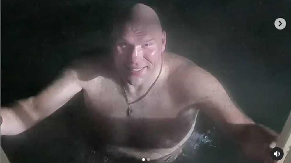 Депутат Валуев впервые окунулся в прорубь на Крещение в Брянске