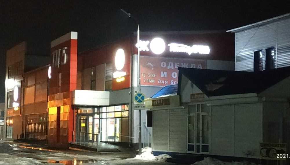 В Брянске выходившего из магазина мужчину едва не убила глыба льда