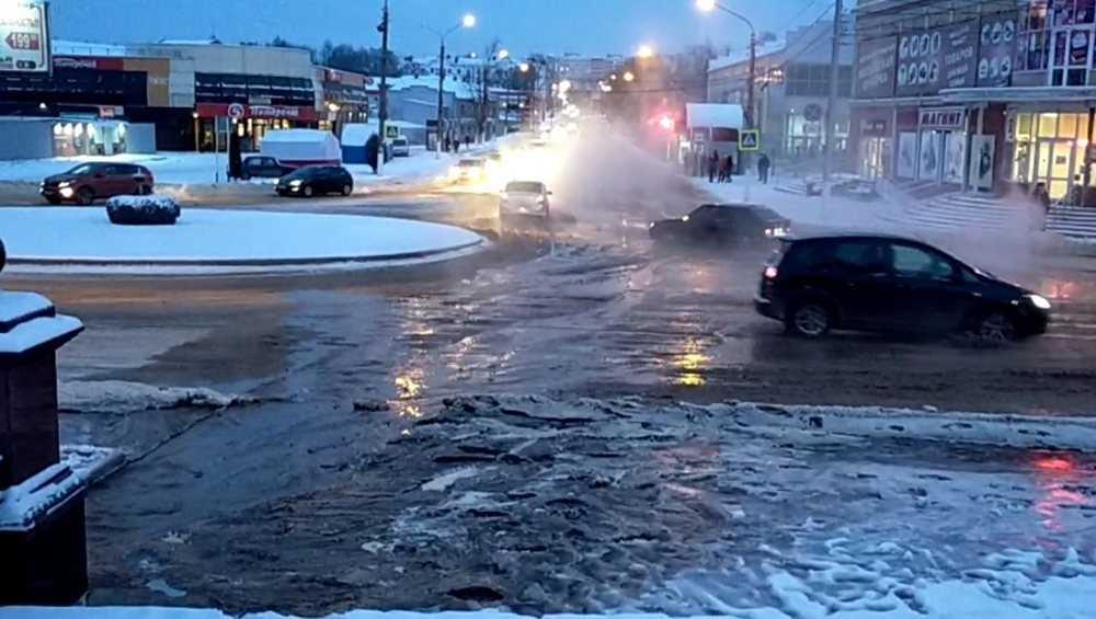 В Клинцах в 20-градусный мороз из-за аварии дорогу залило водой