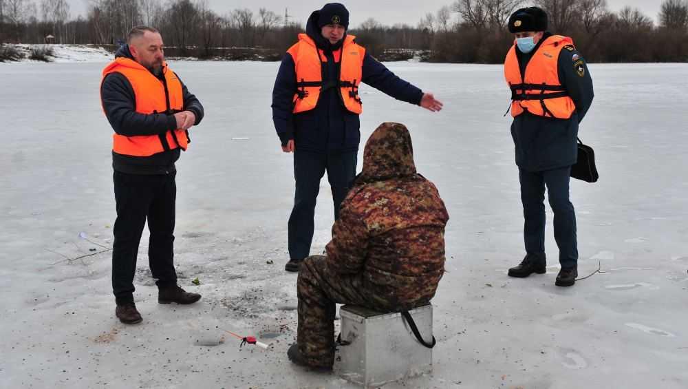 Десятерых брянских рыбаков оштрафовали из-за спасательных жилетов