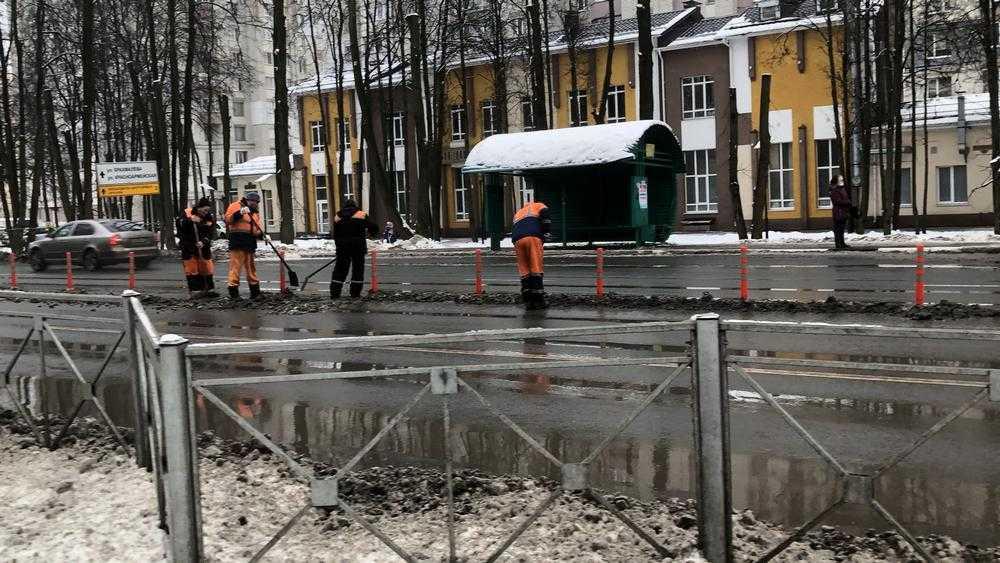 В Брянске ограждения и столбики стали источником грязи на дорогах