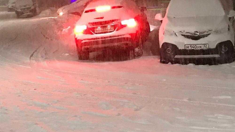 Из-за снегопада Брянск встал в пробке на улице Калинина и других