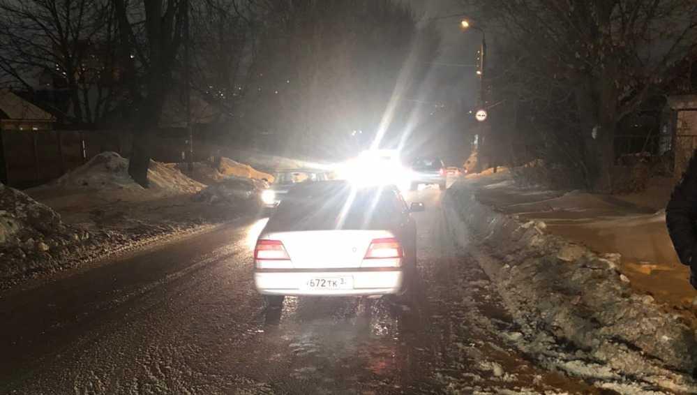 В Брянске таинственный водитель разбил чужую легковушку и скрылся
