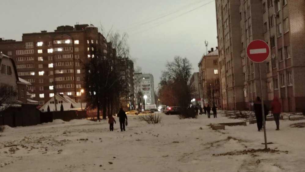 В Брянске автомобилистов защитили от лужи-ловушки на улице Медведева