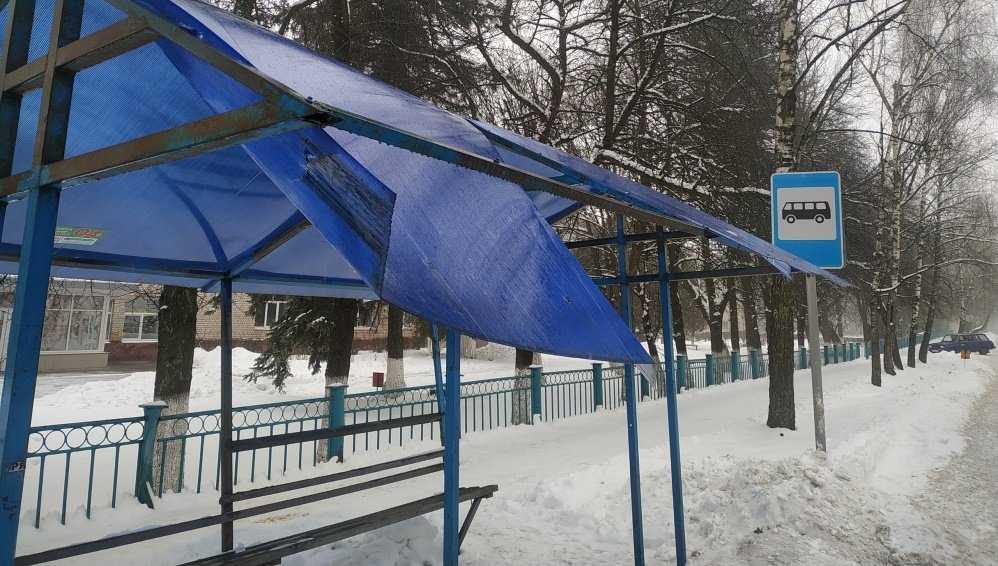 В Локте Брянской области снег проломил крышу остановки