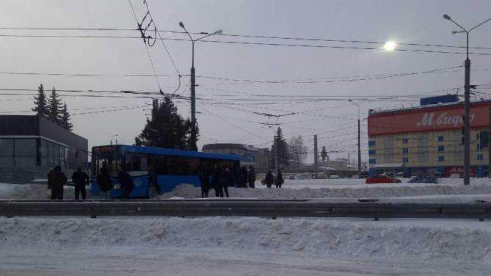 В Брянске из-за снега застрял автобус на кольце у «Полтиннике»