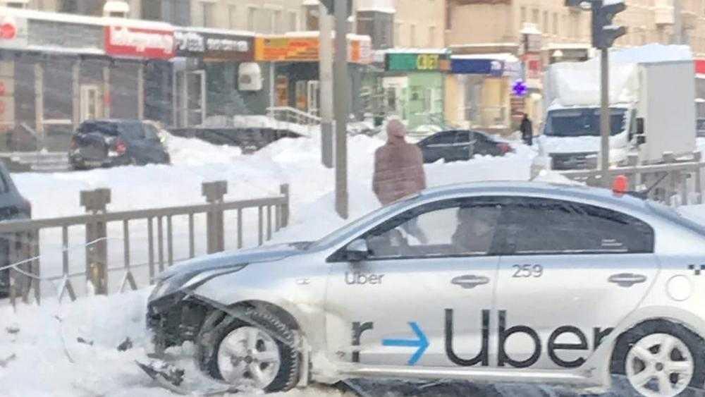 В Брянске на Московском проспекте разбилось такси Uber