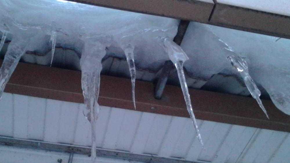 В Брянске из-за потепления снег с крыши дома рухнул на автомобили