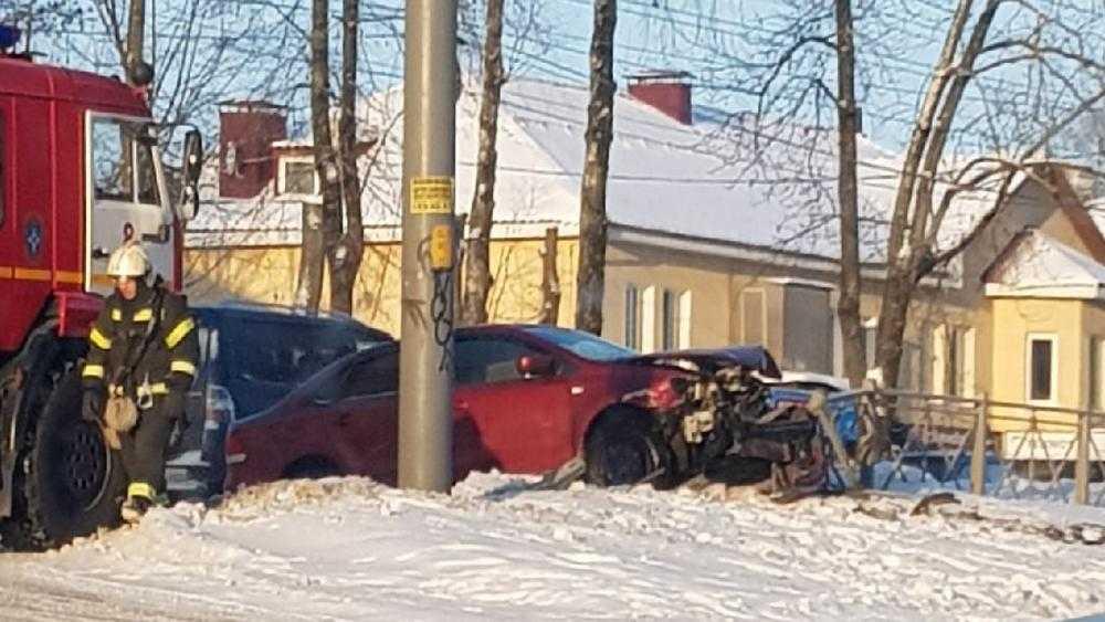 В Брянске возле ТРЦ «Мельница» автомобиль залетел на снежный вал