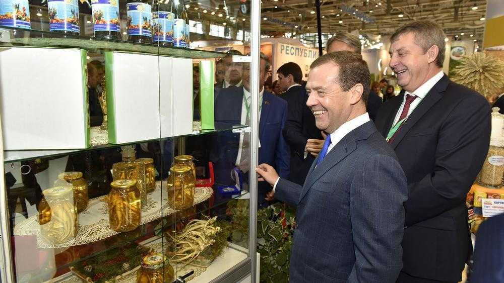 Медведев назвал возможным отключение России от интернета