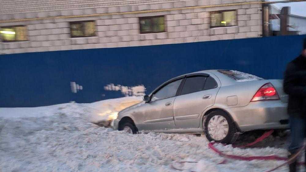 В Володарском районе Брянска автомобиль нырнул с дороги в сугроб