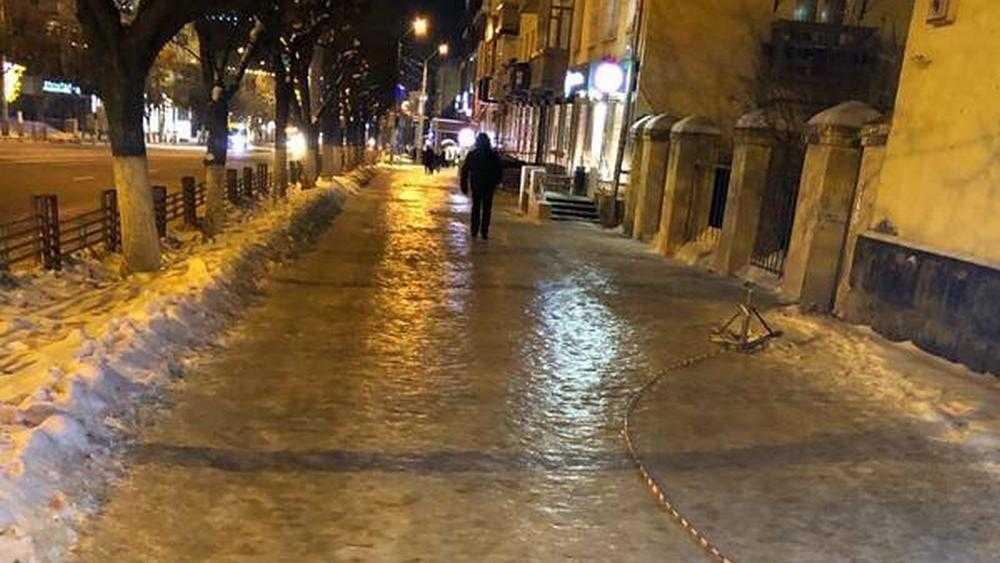В Брянске обледенел тротуар на проспекте Ленина
