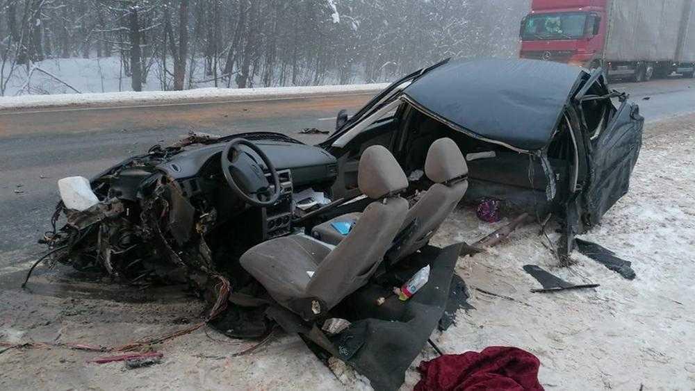 В Унечском районе из-за 20-летнего гонщика в ДТП ранен пассажир ВАЗ