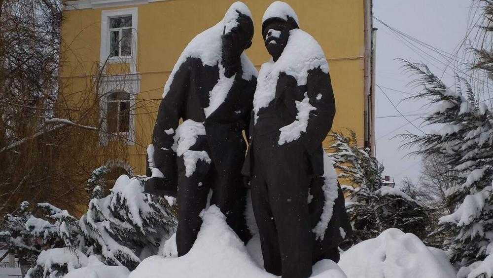 «Будет весна, Ильич?»: избыток снега отразился обилием юмора в Брянске