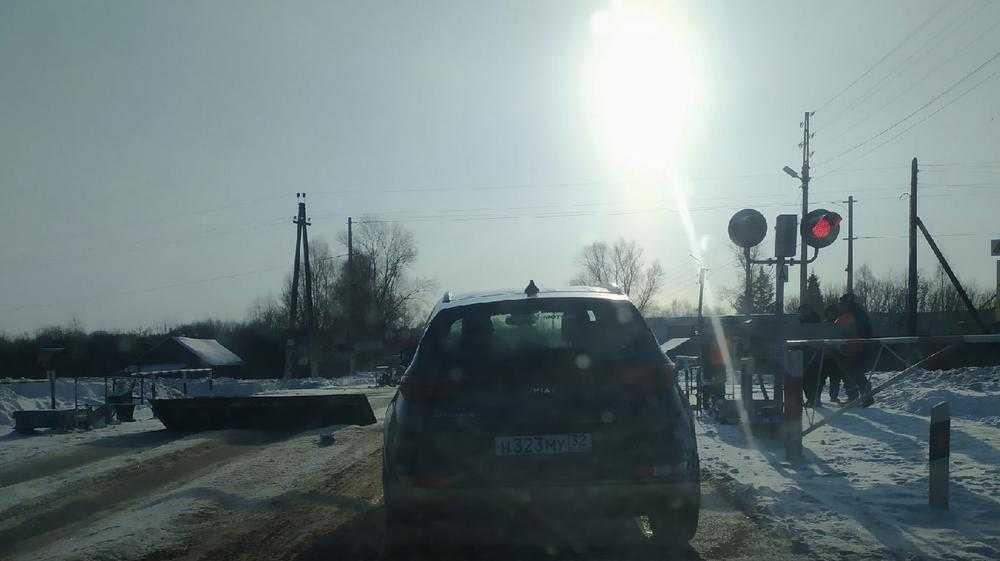 В Новозыбкове железнодорожники спасли торопливого водителя от ДТП