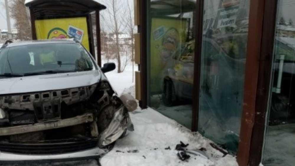 В Брянске возле «Аэропарка» легковушка врезалась в цветочный павильон