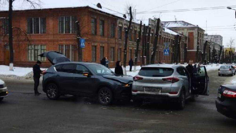 В Брянске возле БГТУ не поделили дорогу две легковушки