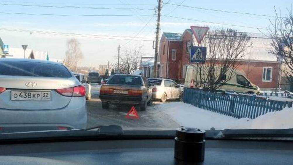 В Советском районе Брянска столкнулись три легковушки