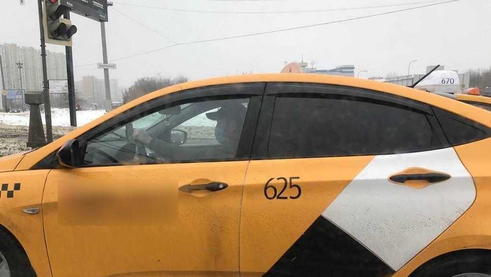 В Брянске после снегопада значительно выросла цена на такси