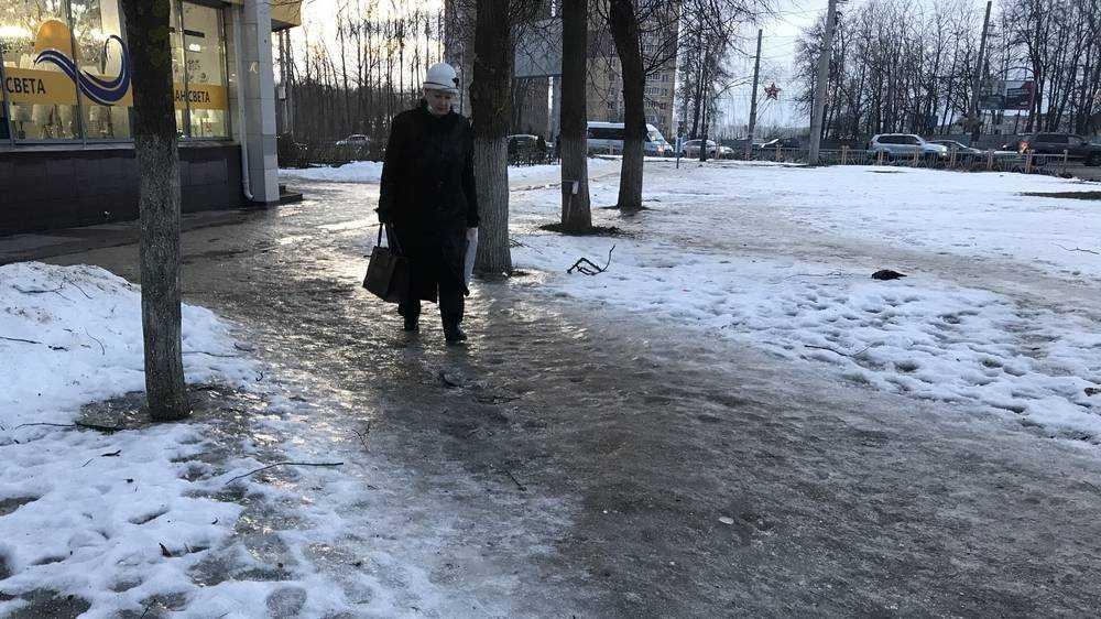 В Брянске накануне 23 Февраля мороз превратил тротуары в ледяной каток