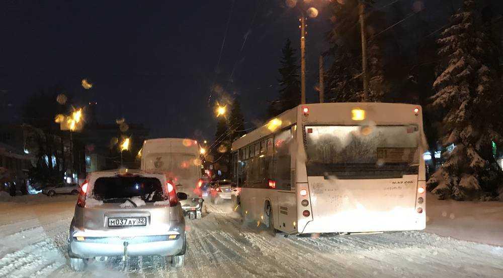 В Брянске вечером водители встали в огромных пробках