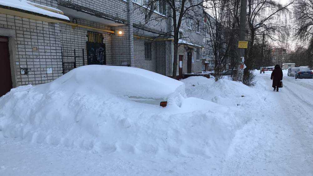 В Брянске сотни автомобилей полностью скрылись под снегом